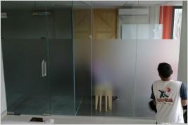 Pemasangan kusen aluminium dan kaca di Elevenia