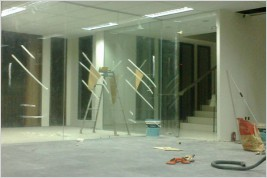 Pemasangan kusen aluminium dan kaca di Gedung City Yon